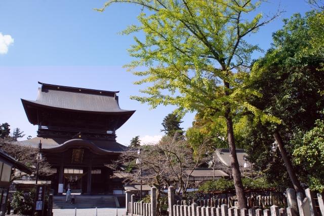 熊本地震で倒壊した阿蘇神社の復旧が進む「楼門の顔」無事だった。
